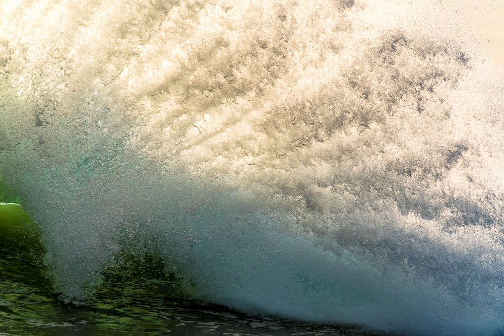 powerfull wave splashing